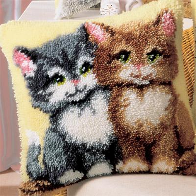 Подушка в ковровой технике